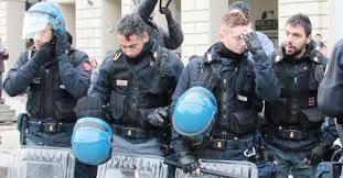 Poliziotti si tolgono il casco davanti ai Forconi