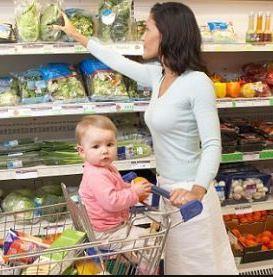 Mamma e bambino a fare la spesa