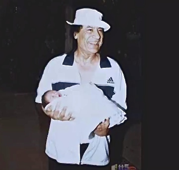 Muhammar Gheddafi con nipote