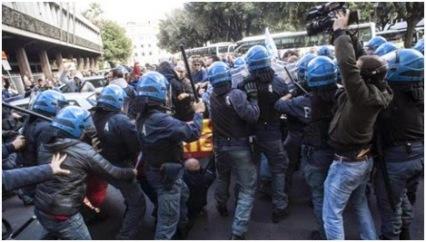 poliziotti manifestanti