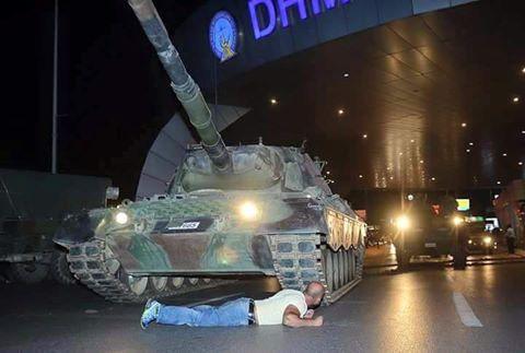 turchia-manifestanti-contro-tank-golpe